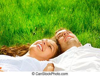 relaxen, paar, park, grass., groene, glimlachen gelukkig