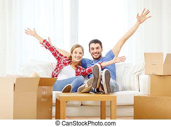 relaxen, sofa, paar, nieuw huis, het glimlachen
