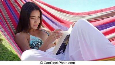 relaxen, vrouw, seated, in, hangmat, met, boek