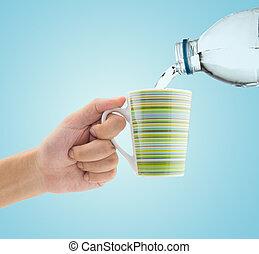 relleno, agua, en, vidrio, con, tenencia de la mano, él