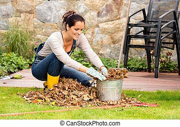 relleno, mujer, jardinería, cubo, hojas, veranda, sonriente
