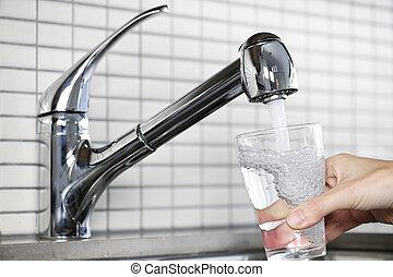 relleno, vidrio, de, agua del grifo