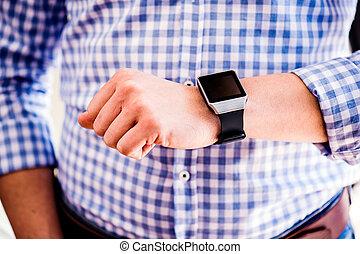 reloj, arriba, unrecognizable, utilizar, cierre, elegante, hombre