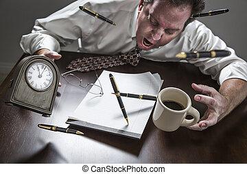reloj, plumas, vuelo, anteojos, arriba, escritorio, café, hombre, enfatizado