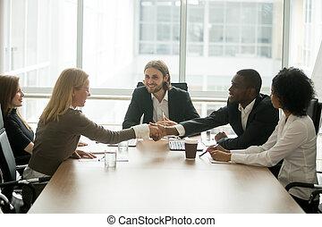 remegő, kaukázusi, üzletasszony, ov, afrikai, kézbesít, üzletember