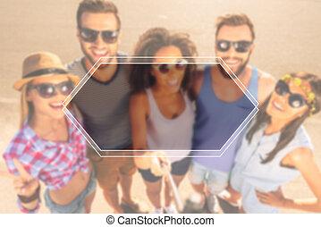 remember., debout, groupe, gens, moments, sommet, jeune, ensemble, gai, quoique, dehors, confection, selfie, vue