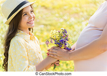 remettre, fille, sur, qui attend, wildflowers, maman, heureux