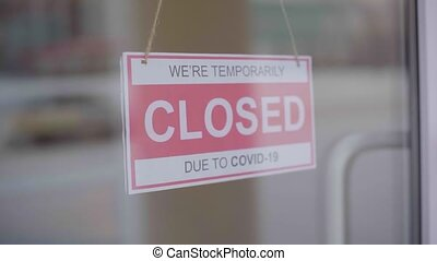 Removes the sign closed due to the covid-19.
