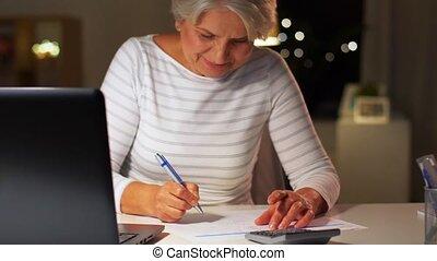 remplissage, personne âgée femme, formulaire, soir, maison,...