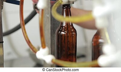 remplit, close-up., commandes, brasserie, opérateur, machine, beer., bouteille, process., fond