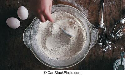 remué, farine, sommet, spoon., mains, vue