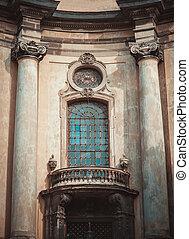 Renaissance style windows with columns