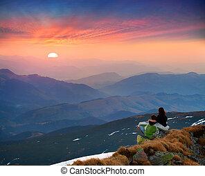 rencontre, couple, jeune, levers de soleil, montagnes