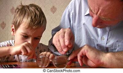 rendbehozás, idősebb ember, gyermek, szemüveg