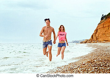 rennende , paar, langs, strand, jonge