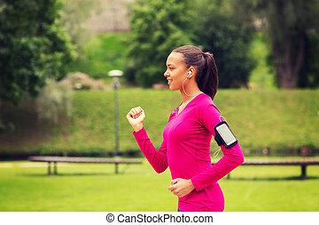 rennende , vrouw, buitenshuis, het glimlachen, jonge