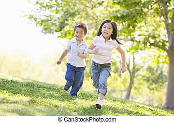 rennende , zuster, het glimlachen, broer, buitenshuis