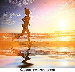 rennender , frau, sonnenuntergang ozean