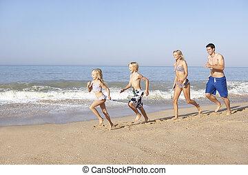 rennender , sandstrand, junge familie