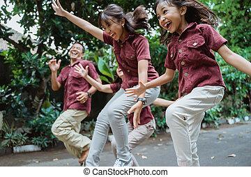 rennender , wochenende familie, lächeln, genießen, draußen