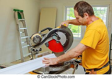 renovation., couronne, entrepreneur, découpage, utilisation, moulage, scie, circulaire