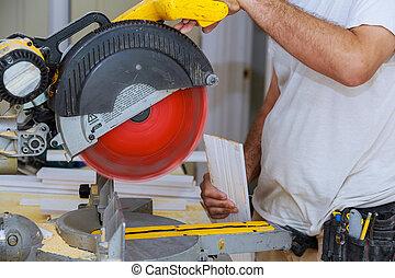 renovation., entrepreneur, plinthe, découpage, nouveau, utilisation, scie, circulaire