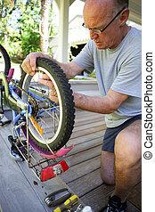 reparación, bicicleta, el suyo, terraza, hombre
