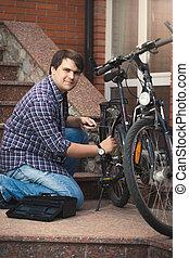 reparación, bicicleta, pórtico, casa, joven