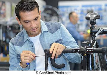 reparatur, fahrrad, arbeitende , werkzeug, schraubenzieher, gebrauchend, mann, glücklich