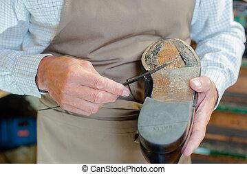 reparerande, skomakare, sko enda