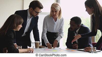 reports., papier, milieu, analyser, équipe, concentré, femme, vieilli, éditorial