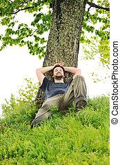 reposer, arbre, jeune, sous, homme, heureux