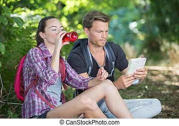 reposer, boire, randonneurs, forêt, couple, eau