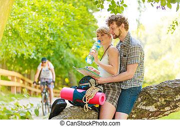 reposer, couple, eau, forêt, boire, randonneurs