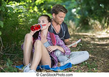 reposer, couple, forêt, jeune, randonneurs
