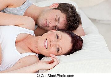 reposer, couple, jeune, lit, ensemble, agréable