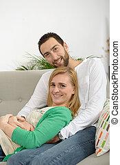 reposer, couple, jeune, sofa
