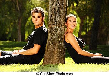 reposer, couple, parc, jeune