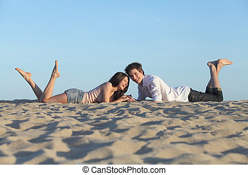 reposer, couple, plage, rire