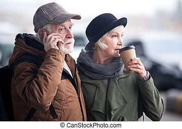 reposer, couple, vieilli, songeur, dehors