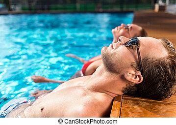 reposer, décontracté, couple, piscine, natation