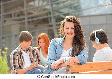 reposer dehors, étudiant, amis fille, campus