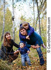 reposer, famille, ensoleillé, parc, jeunes enfants, jour automne, heureux