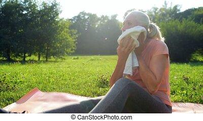 reposer, femme, après, parc, personnes agées, sport, exercice, gentil