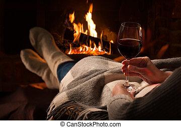 reposer, femme, cheminée, verre vin