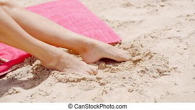 reposer, femme, haut, pieds, sable, fin, plage