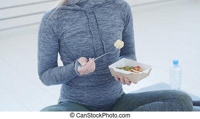 reposer, femme mange, sain, séance entraînement, après, nourriture., nourriture, fitness, blanc