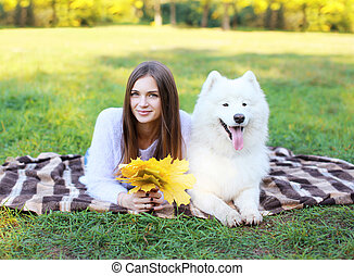 reposer, femme, samoyed, chien, joli, portrait, blanc, heureux