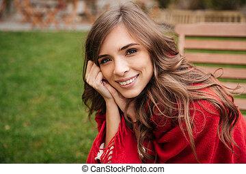 reposer, femme souriante, parc, portrait
