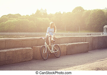 reposer, femme, vélo, coucher soleil